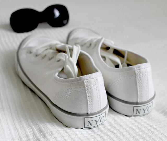 Weiße Sneaker mit Textil reinigen